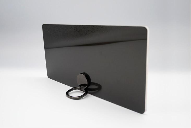 アクリル板の背面にアルミヘアライン調の特殊加工オリジナル プレートの背面色は、ブラッククローム(プレミアムのみ)